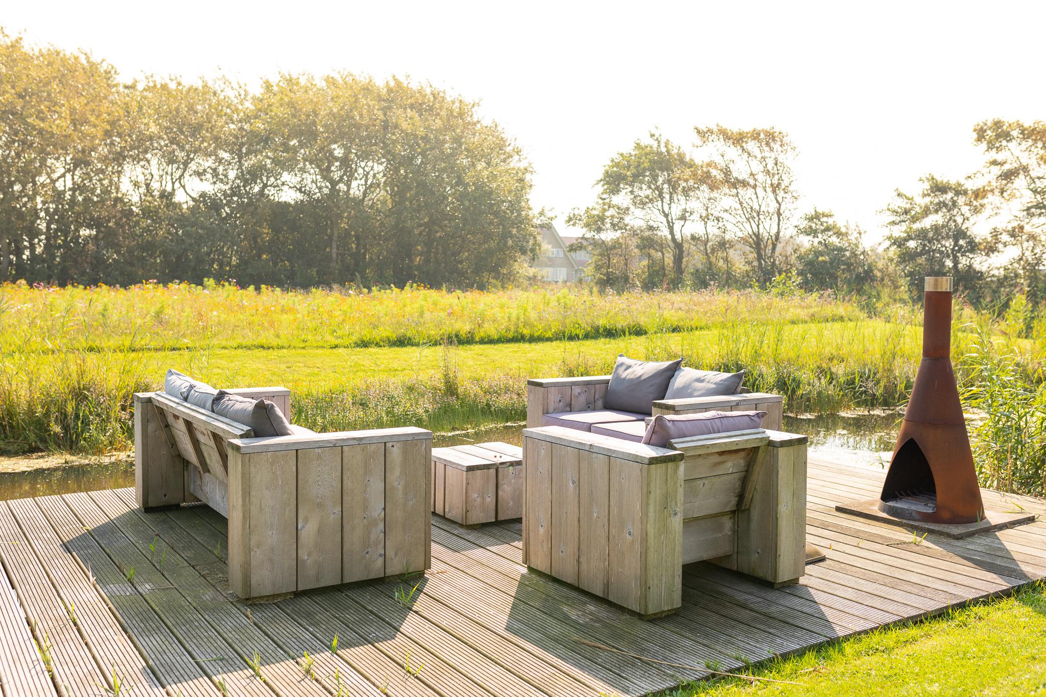 Loungebanken op vlonder aan het water